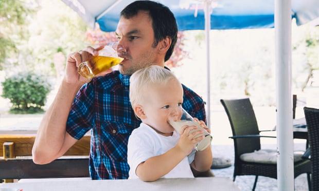Devrais-je éviter de boire devant mes enfants?