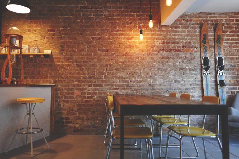 Changer les meubles de son restaurant pendant le confinement ? La tendance