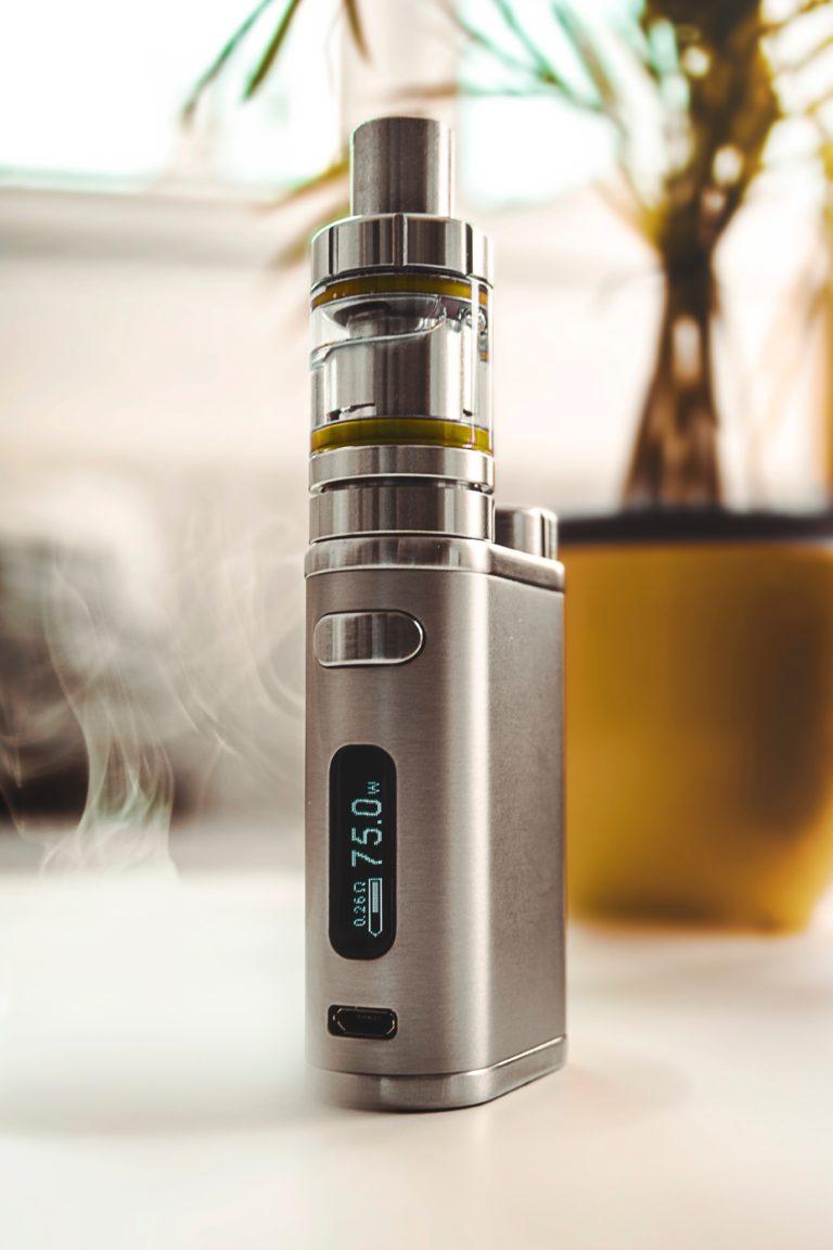 L'utilisation des e-cigarettes pourrait être liée à divers risques graves pour la santé